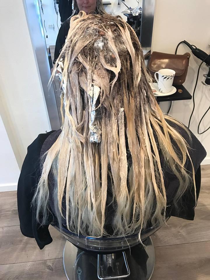Hos frisøren zoom by zoom i Holstebro får jeg farvet mit hår i flere forskellige farver, imens extensions er i - dette for at give et lækkert naturligt look. Metoden hedder balayage.