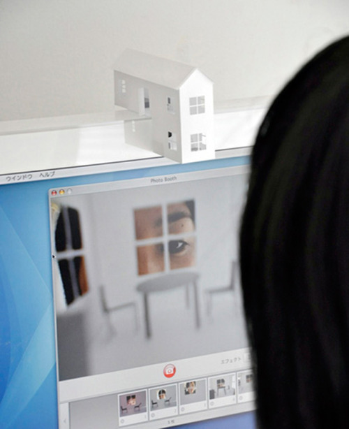 werkshow :      Midget & Giant by Ryuji Nakamura is a very witty webcam idea.      I'm gonna try this.