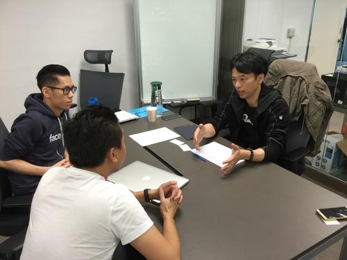 黃耀文在第二梯次海外加速器培訓營中指導早期創業團隊GRAPHR