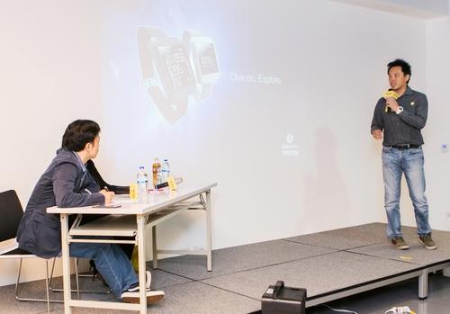 Deepblu CEO陳鴻儒在第一梯次海外加速器培訓營中向黃耀文發表簡報