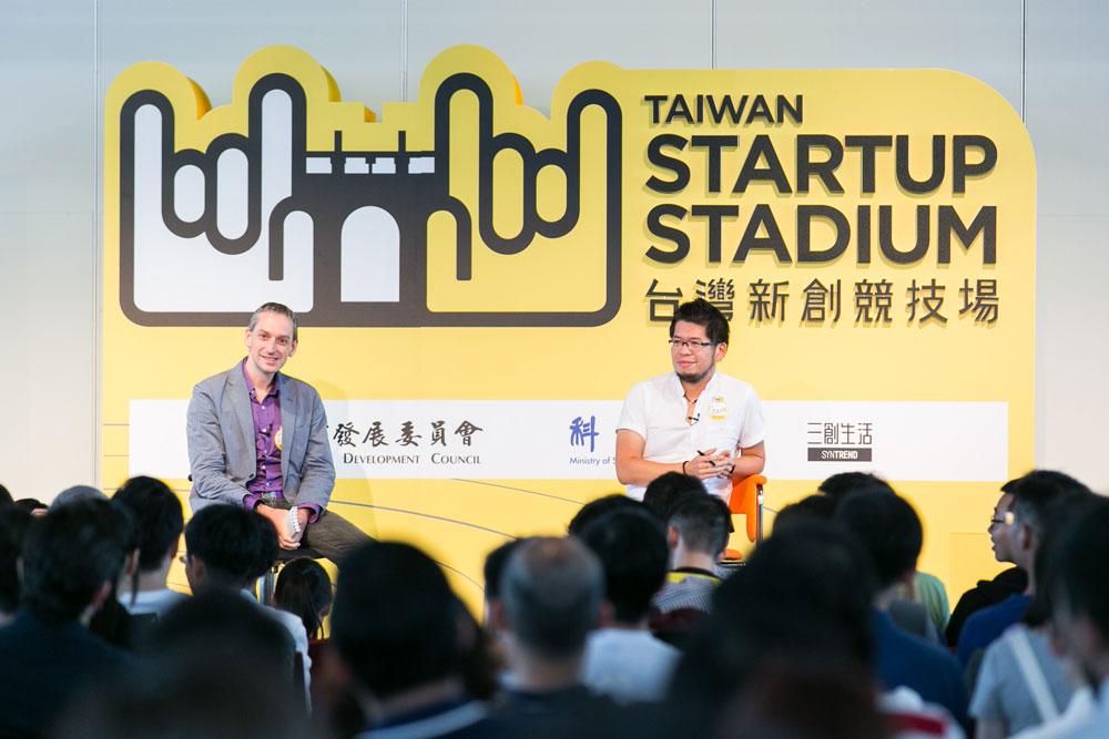 台上左方:Tim Culpan,右方:陳士駿。