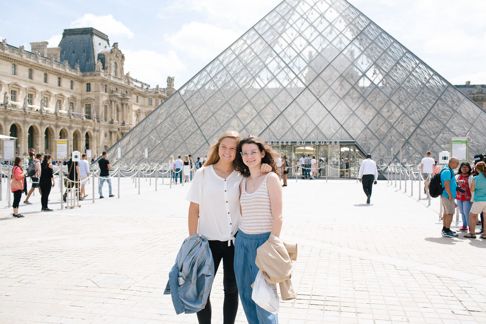 girl's at Louvre