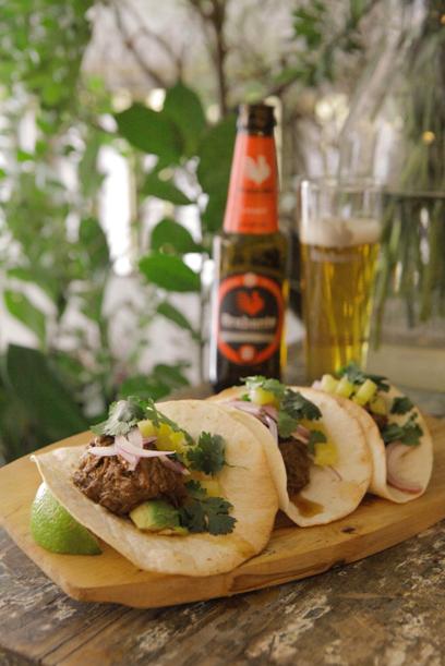 Tacos de carne mechada con piña y aguacate