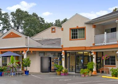 Days Inn 296 Ethan Allen Highway Ridgefield, CT  06877 203-438-3781 *Must be booked by phone. Mention RIFF when making reservations. Double Queen room (2 beds): $101.99 per night Queen rooms (1 bed): $91.99 per night
