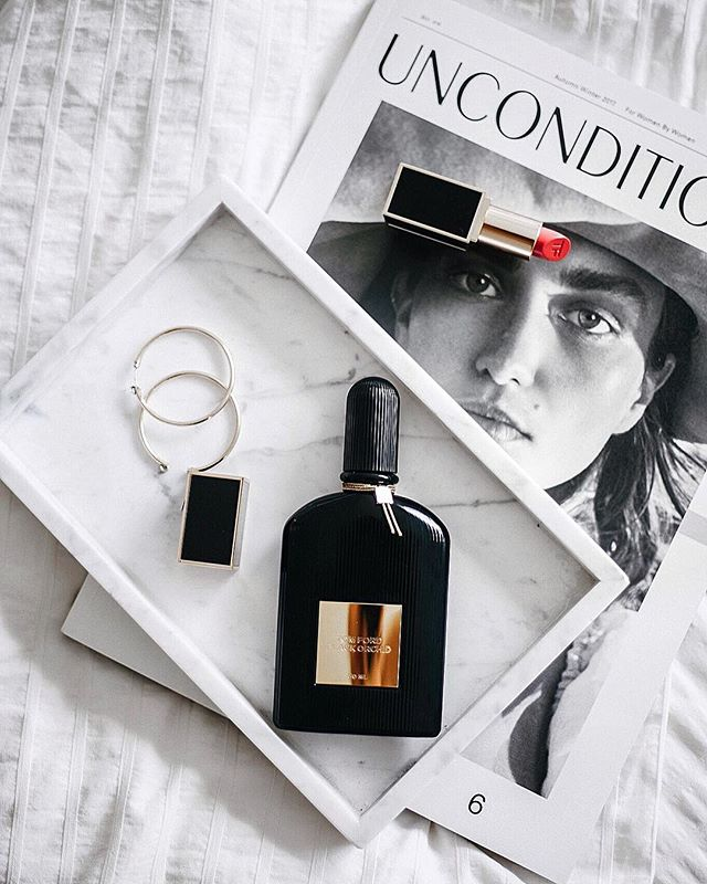 Today officially marks the first day of our holidays. Spending the night watching cheesy Christmas movies and wrapping presents.🎁 Need any last minute gift ideas? @tomford Black Orchid Eau de Parfum along with @tomford Lip colour in 'True Coral is the ultimate luxurious Christmas gift duo, to make any girl's dream come true ✨🖤read more now up on the blog. #TFGifts #sp