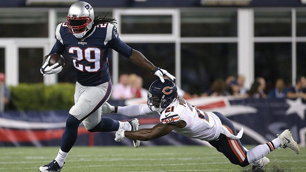 Blount breaks a tackle by Bears' cornerback Tracy Porter