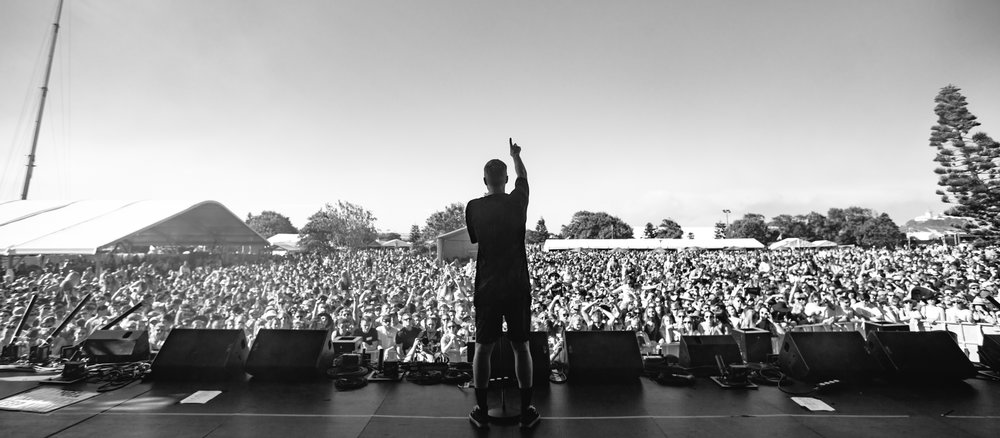 Drapht raising those arms.