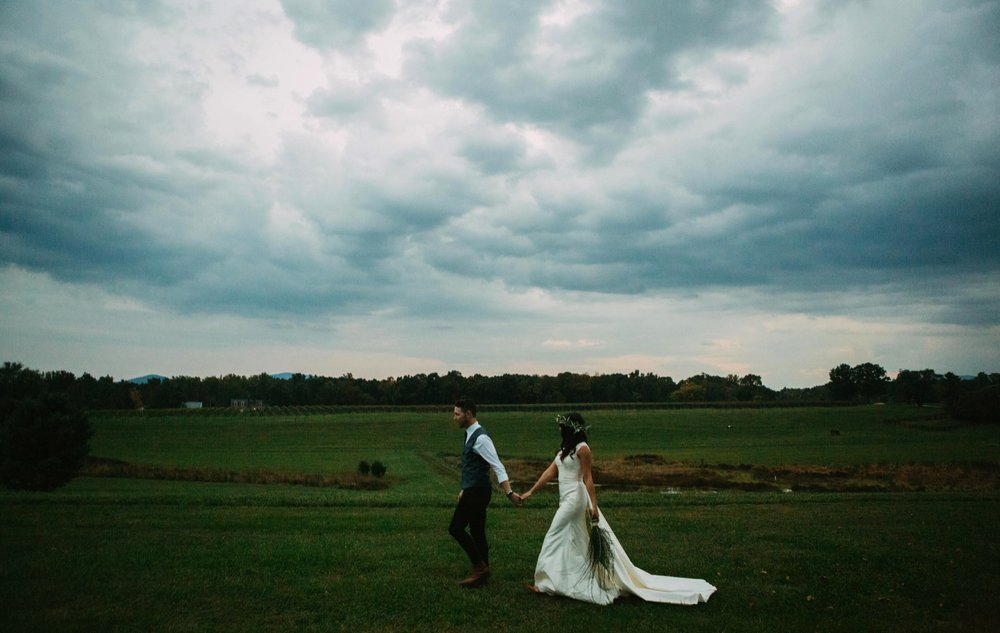 00027_arielandjon_odetooctober_053_gv_ridge_Wedding_blue_mismatched_dresses_october_flowers_parkway_mountains_crozet_king_photography_gianvaldiviaphoto_valdivia_bride_faded_family_gian_fall_virginia_bridesmaid_photographer_vineyard_poppy_florals.jpg