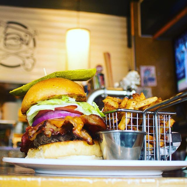 Happy Friday, friends! Make your weekend treat a juicy burger, you know you want it! 🍔🤤🤗