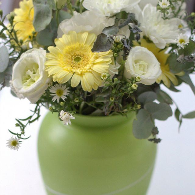 Who loves this flower and vase combo?! We might be a little obsessed xx // happyhealthysouls.com