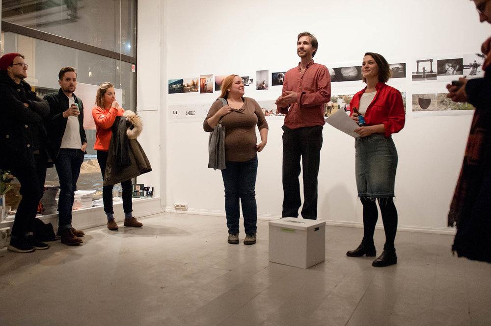 Team CYAN folio ved Britta Kristina Bergersen, Stig Marlon Weston og gallerist Moa Alexandra Engelbrektsson delte ut priser til vinnerne