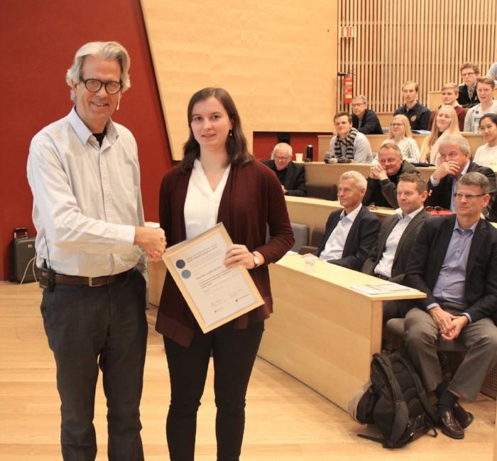 BNL-sjef Jon Sandnes delte ut Næringslivsringens pris for beste master til Mareike Anika Becker. Foto: Frode Aga, Byggeindustrien