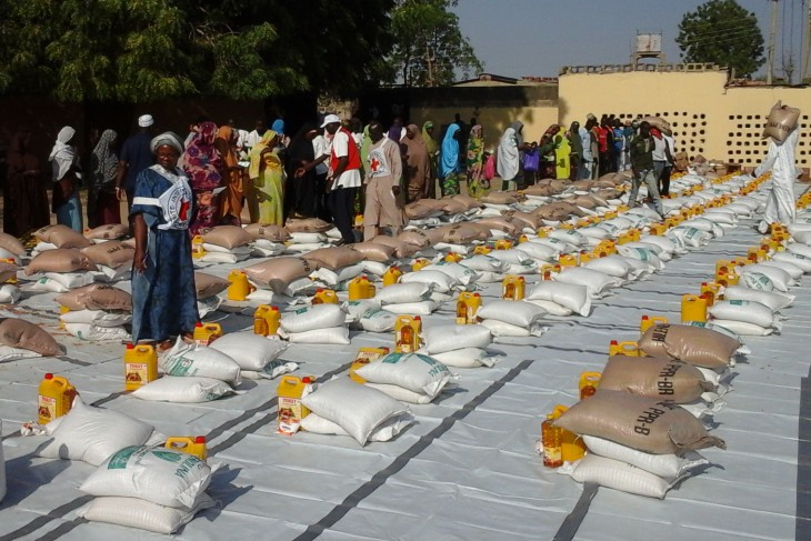Madinatu Mosque, Maiduguri, Nigeria, 24 January 2015. ICRC staff prepare emergency food supplies for some 3,600 displaced people who fled from Baga to Maiduguri after attacks on their town. CC BY-NC-ND / ICRC / M. Das
