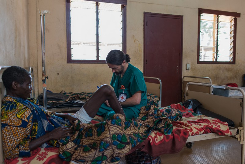 ICRC medical staff visiting Bangui's Community Hospital in the wake of the violence that has killed at least 53 people in the west of the country. © ICRC / Rabih Mazboudi