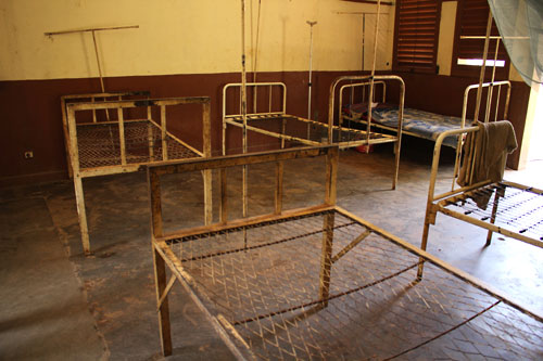 In Kaga Bandoro, the hospital contains empty beds where mattresses were looted. The hospital has a 73-bed capacity. © ICRC / Ian Edelstein