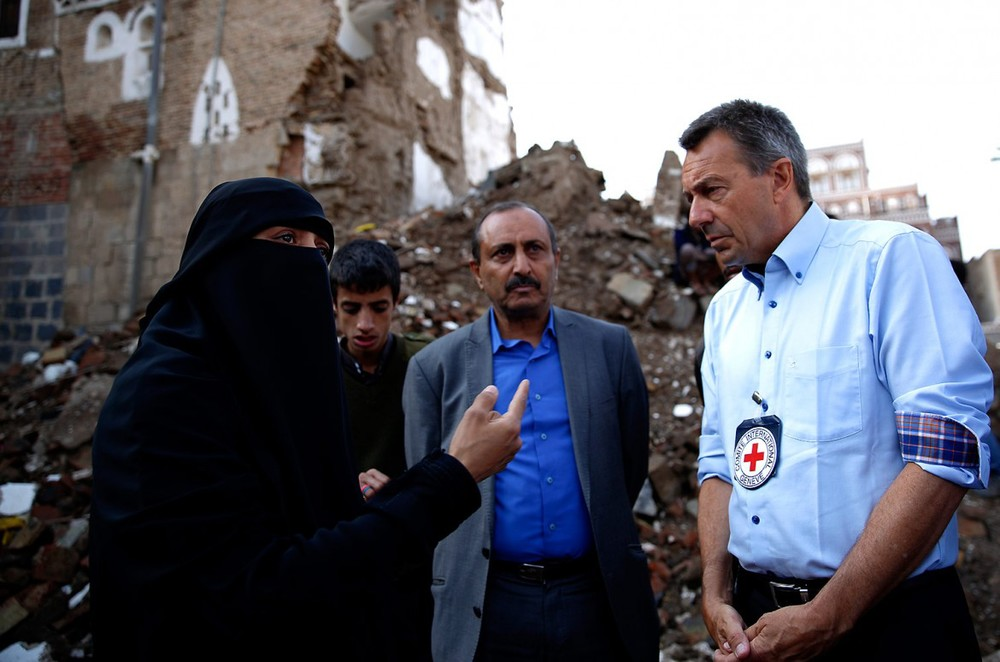 A local resident explains to the ICRC president how her home was destroyed in the old city of Sana'a.  CC BY-NC-ND/ICRC/H Al-Ansi