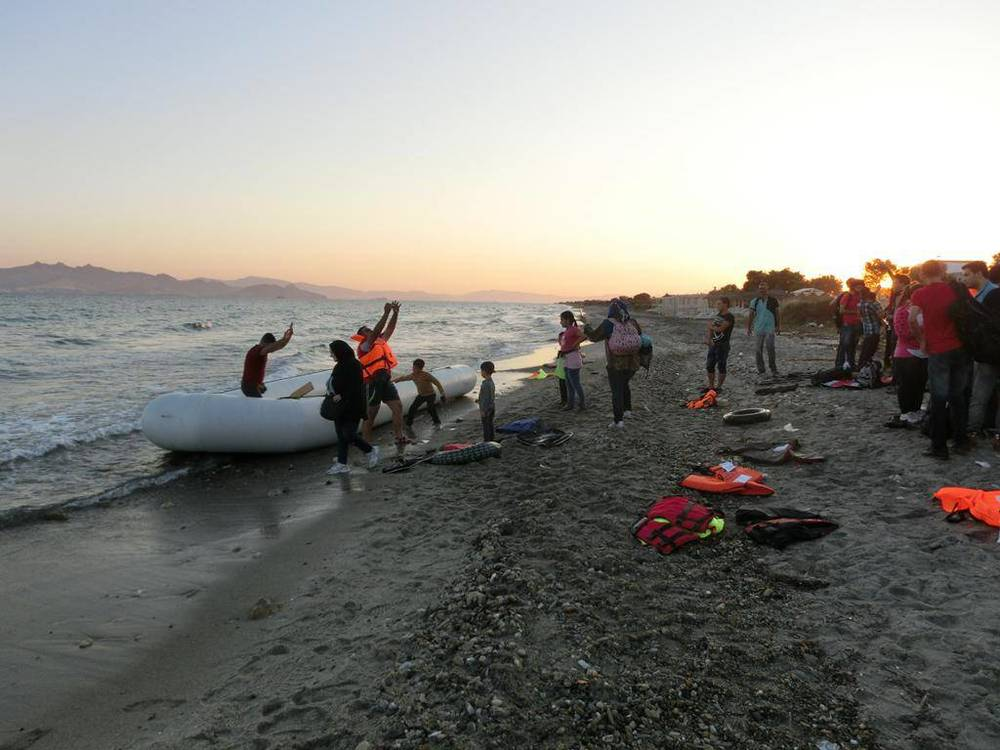 A rubber boat carrying some 50 people arrives in Kos, Greece. © IFRC