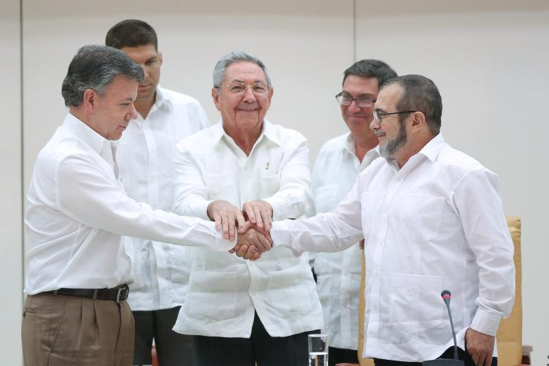 Photo of the Week:  Cuba's President Raul Castro (C), Colombia's President Juan Manuel Santos (L), and FARC rebel leader Timochenko shake hands in Havana, September 23, 2015. Copyright Alexandre meneghini/ reuters.  FOREIGN AFFAIRS