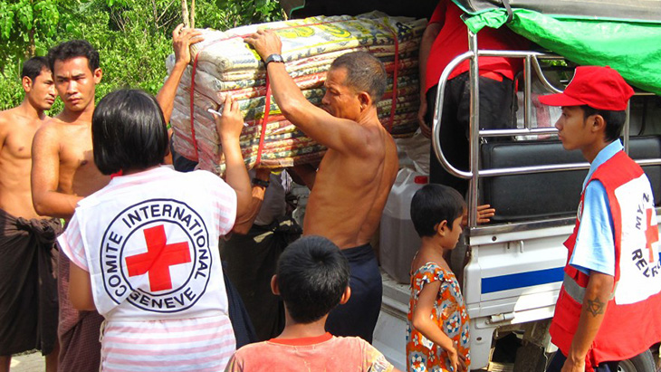 Myanmar Red Cross distribute essential items to flood-affected communities around Mrauk-U township. CC BY-NC-ND / ICRC / Oscar Susanto