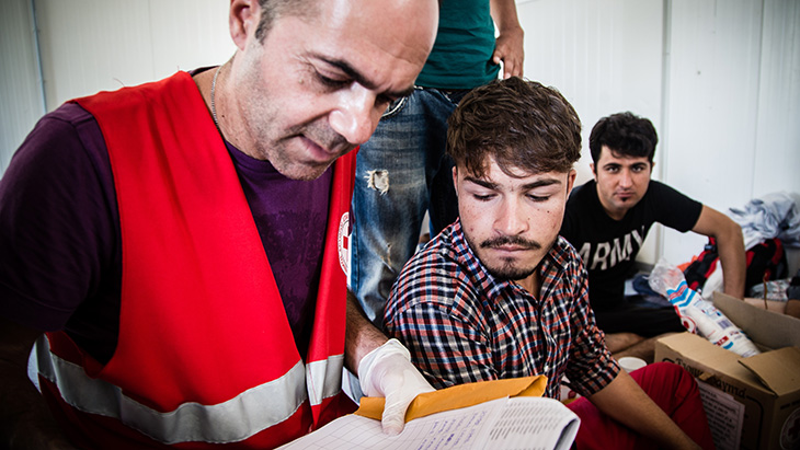 Red Cross volunteers and staff respond to the needs of vulnerable migrants arriving in Greece. © IFRC / Stephen Ryan