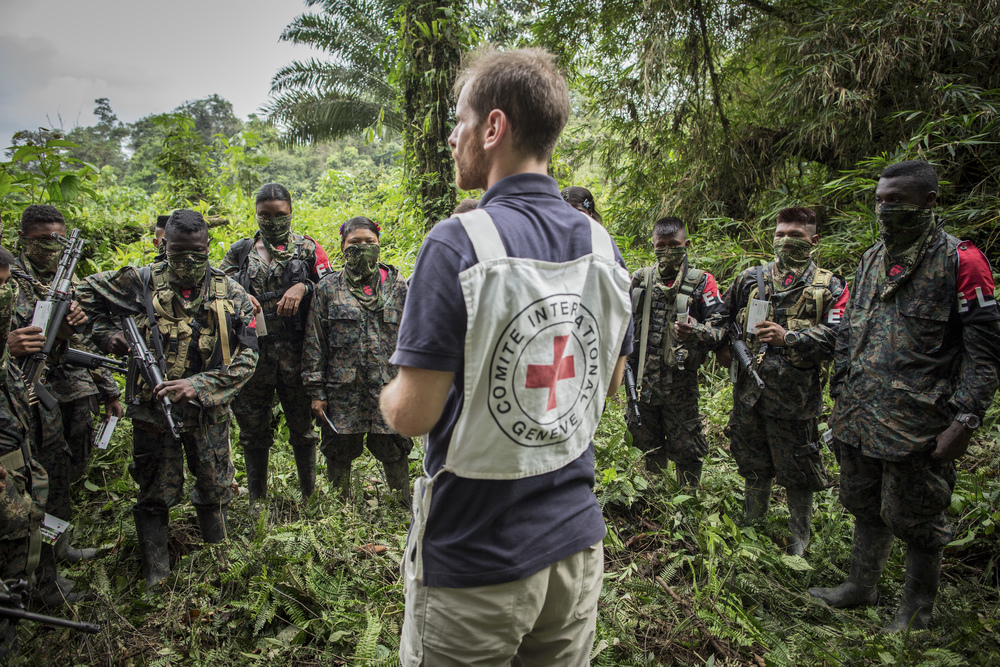 Colombia: An ICRC employee speaks to members of the ELN armed group about IHL and the obligation to respect the lives of the civilian population, health personnel, and the sick or wounded.  Photographer: ARREDONDO, Juan Copyright:  Getty Images/CICR