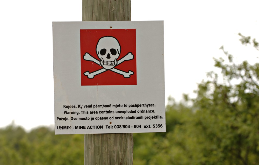 Kosovo: Warning sign on the danger of mines. ©Saltbones, Olav/ICRC