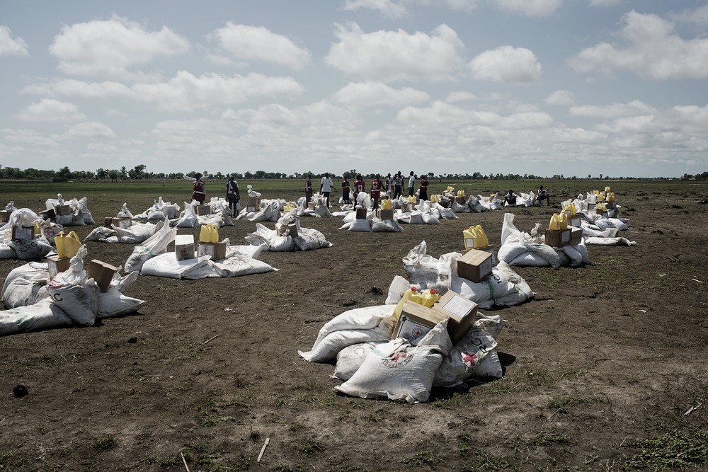 Unity State, Leer, South Sudan. Volunteers of the South Sudan Red Cross pile up the goods before an ICRC food distribution. ©ZOCHERMAN, JACOB/ICRC
