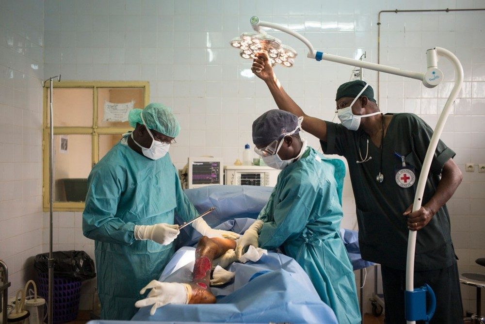 An ICRC surgeon, nurse and anaesthetist carry out a skin graft in Diffa Regional Hospital, Niger. Because of the ICRC's support, victims of armed conflict don't need to go to the capital –over 1,000 km away – for an emergency operation.