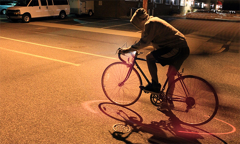 Night: A red light indicates the safe distance around the cycle