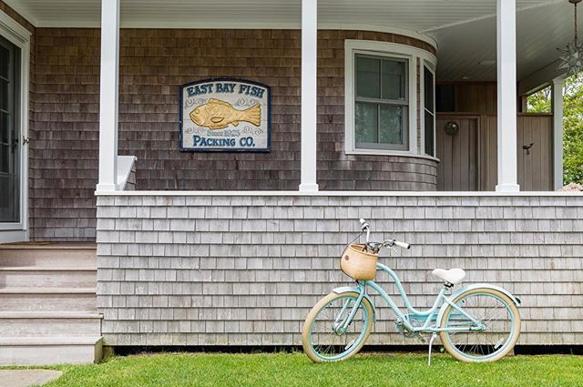 Back porch chillin' // Repost @saltairenantucket // 📸: @tillybrant // #nantucket #ack #nantucketbikebaskets #bikebasket #bike #bicycle #bikelife #bikelove