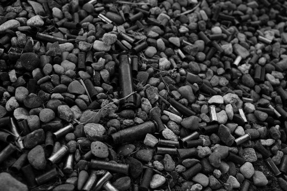 04 Jan 2016 - Amarillo, Texas - Munitionshülsen liegen im Kies auf dem Schiessstand im Amarillo Rifle & Pistol Club an der 7650 N Western St. Amarillo ist eine der konservativsten und republikanisten Städte der USA und stimmte mit einer überragenden Mehrheit gegen Obama in den Präsidentschaftswahlen 2012. Photo Credit: Cédric von Niederhäusern