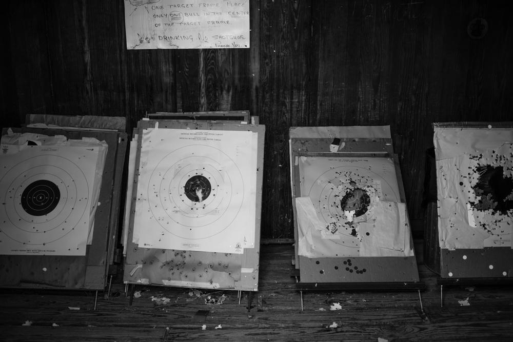 04 Jan 2016 - Amarillo, Texas -Zielscheiben stehen in einer Abstellkammer im Amarillo Rifle & Pistol Club an der 7650 N Western St. Amarillo ist eine der konservativsten und republikanisten Städte der USA und stimmte mit einer überragenden Mehrheit gegen Obama in den Präsidentschaftswahlen 2012. Photo Credit: Cédric von Niederhäusern