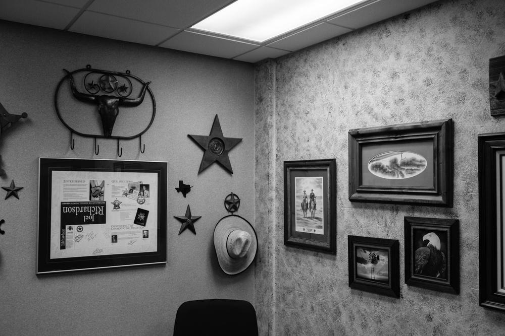 04 Jan 2016 - Amarillo, Texas - Dekoration hängt im Büro von Joel W. Richardson,  Sheriff von Randall County, an der 9100 S. Georgia. Amarillo ist eine der konservativsten und republikanisten Städte der USA und stimmte mit einer überragenden Mehrheit gegen Obama in den Präsidentschaftswahlen 2012. Photo Credit: Cédric von Niederhäusern