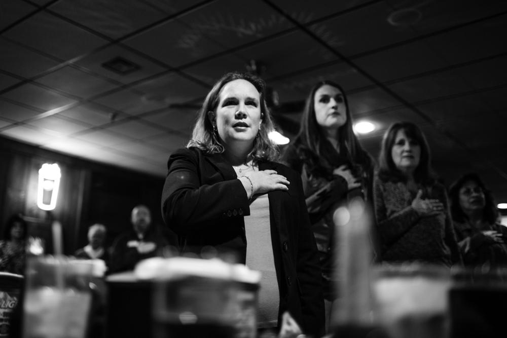 05 Jan 2016 - Amarillo, Texas - Die Anwältin Margaret Adams und andere bekennende Republikanerinnen schwören den Pledge of Allegiance zur Flagge der USA und Texas an einer Versammlung der High Plains Republican Women in den Räumlichkeiten des Dyer's Bar-B-Que am Wellington Square. Amarillo ist eine der konservativsten und republikanisten Städte der USA und stimmte mit einer überragenden Mehrheit gegen Obama in den Präsidentschaftswahlen 2012. Photo Credit: Cédric von Niederhäusern