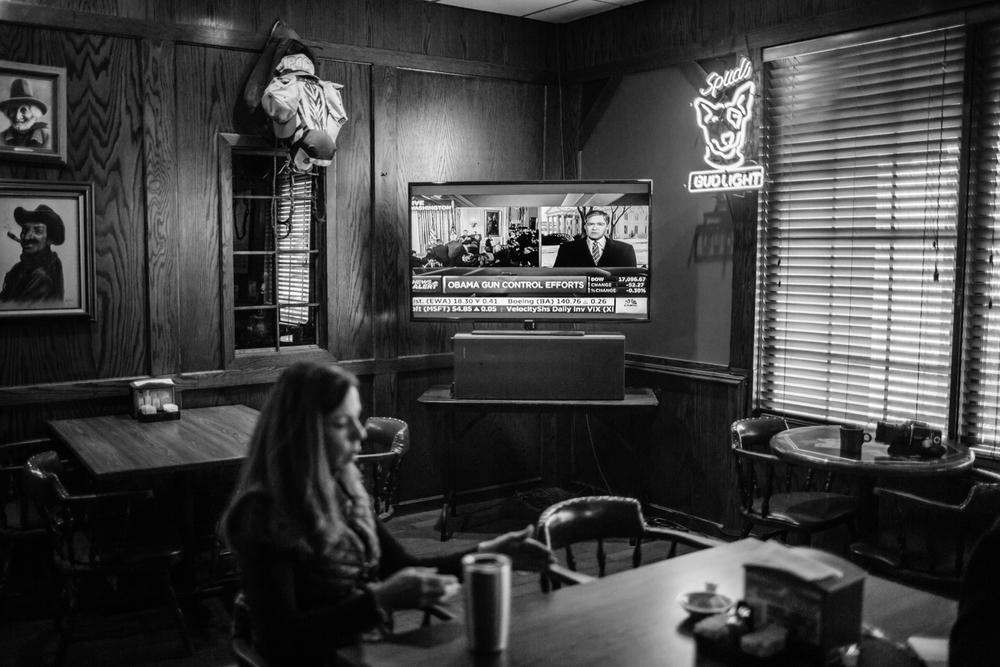 LONGFORM USA WAHLEN - TEIL 2 05 Jan 2016 - Amarillo, Texas - LONGFORM USA WAHLEN - TEIL 2 - Der Sender CNBC überträgt die kontroverse Rede von Präsident Barrack Obama zu seinen Executive Orders, die die Waffengesetze verschärfen. Währenddessen spricht Christy Dyer im Dyer's Bar-B-Que am Wellington Square mit US-Korrespondent Sacha Batthany über Regulierungen in der Gastronomie. Amarillo ist eine der konservativsten und republikanisten Städte der USA und stimmte mit einer überragenden Mehrheit gegen Obama in den Präsidentschaftswahlen 2012. Photo Credit: Cédric von Niederhäusern