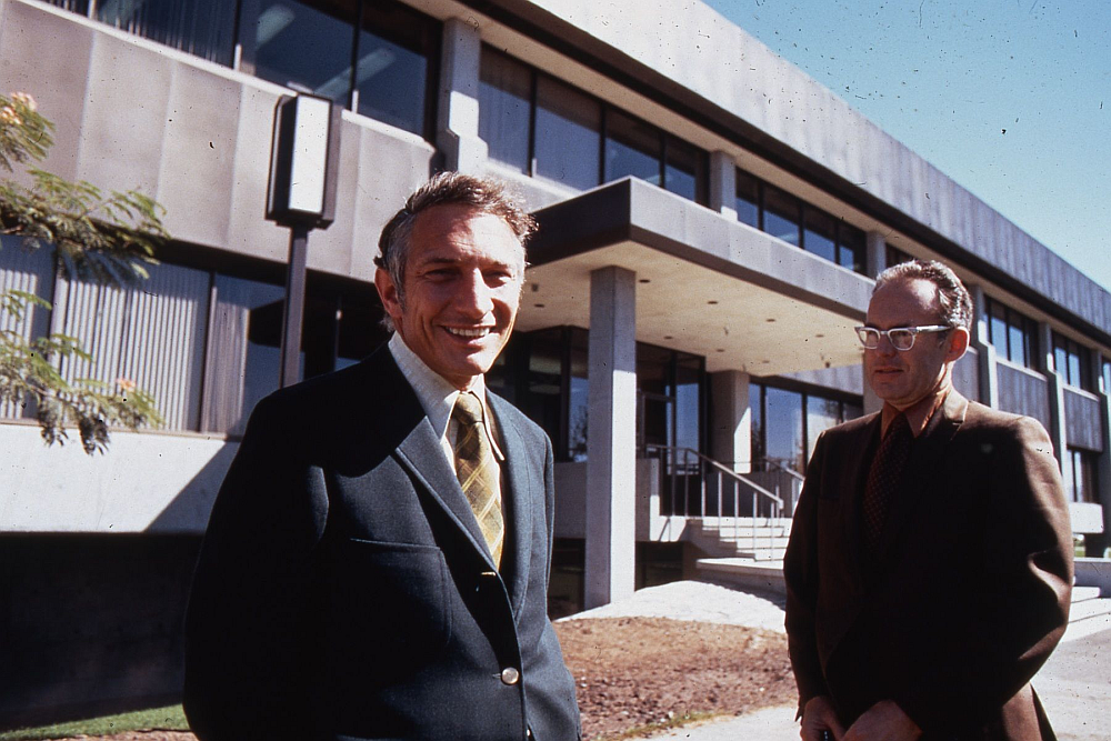 Robert_Noyce_and_Gordon_Moore_at_SC1_1970.png