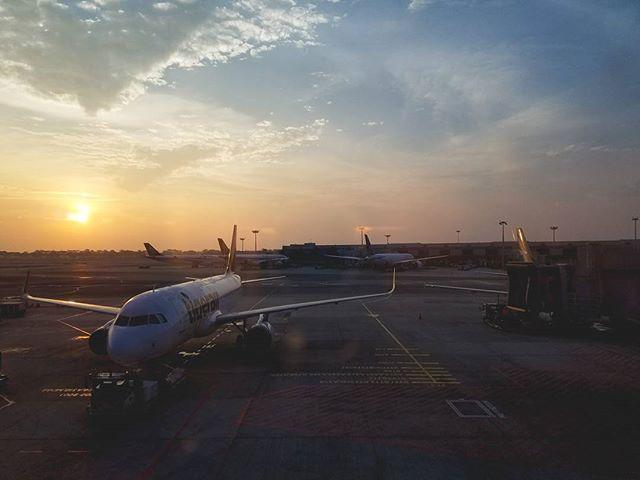 a singapore sunrise.  #jennLAtravels #sunrise #layover #singapore #passionpassport #galaxys7edge #lightroommobile