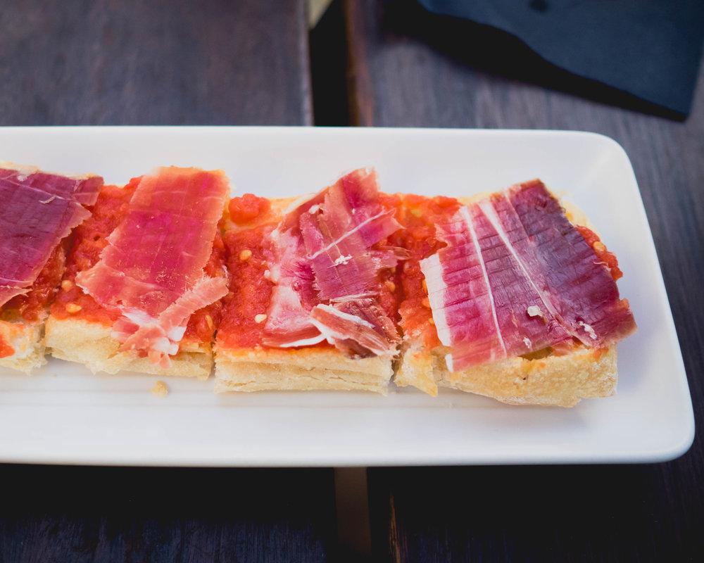 pan con tomate : pan de crystal, tomato fresco, thyme, jamon iberico de bellota.
