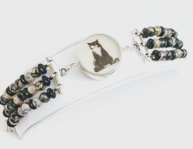 Tuxedo cat and snowflake agate and obsidian beads. #cat #tuxedo #bracelet #beads#resin #greengrackle #agate #obsidian