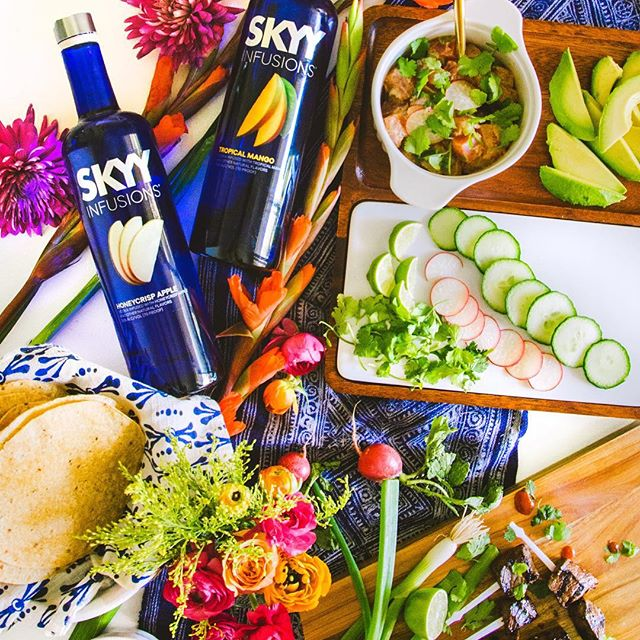 Hai-hai! Today we're excited to be partnering with @skyyvodka to bring you 3 fresh recipes using their newest Vodka Infusions! Ahi poke tostadas, hoisin + honeycrisp filet pops, & a mango-ginger punch are all on the blog! Recipe link is in our profile! 🍹