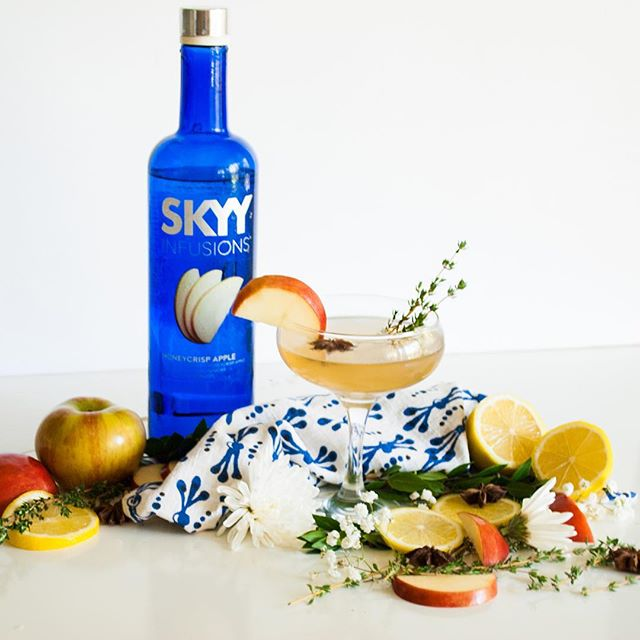 Hai hai weekenders! If you're wondering what to shake up for today's happy hour, look no further than this honeycrisp & star anise spritzer with @skyyvodka 🙌🏻 Recipe link is in the profile!