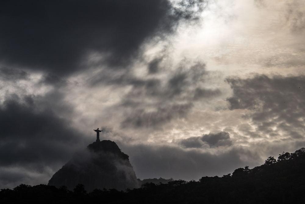 Cristo comes through the clouds.