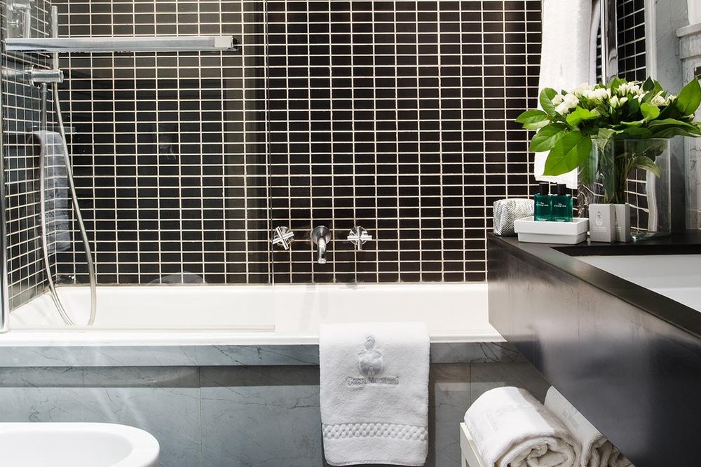 ITALY-Rome-casa_montani_room _300 bath.jpg