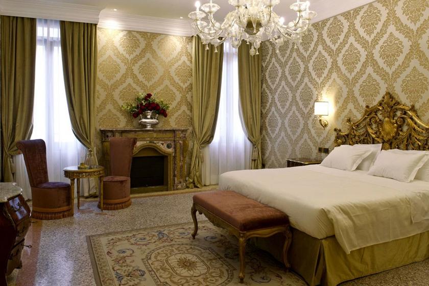 ITALY-venice-hotel-ai-reali-Deluxe room.jpg
