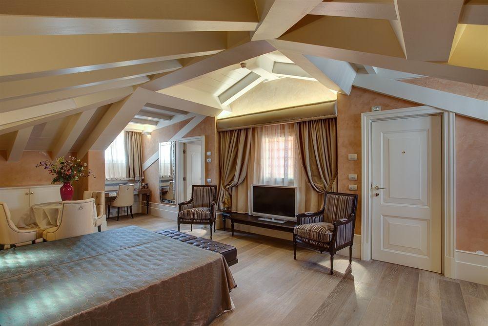 ITALY-VEnice-Hotel Moresco-Mansard Suite.jpg