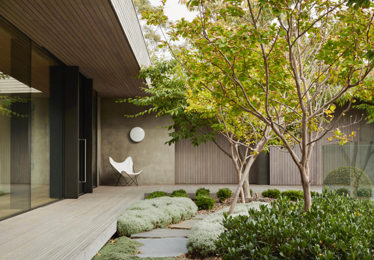 Outdoor and indoor spaces are thoughtfully connected in the Links Courtyard House on the Mornington Peninsula. Image via Inarc Architects.