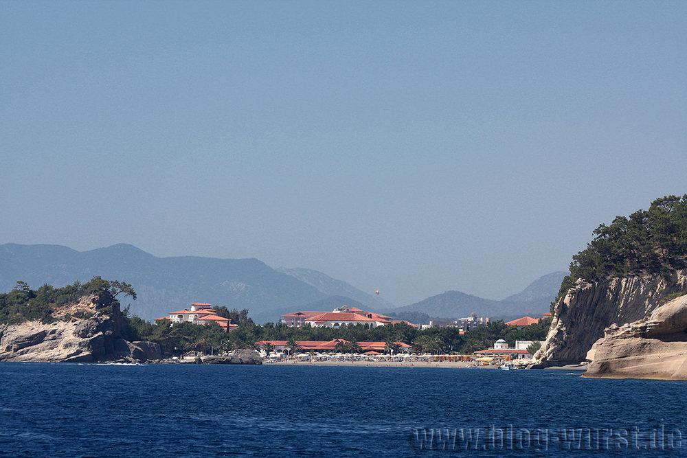 Hotelanlage in großer Bucht