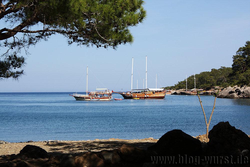 Bucht mit ankernden Schiffen