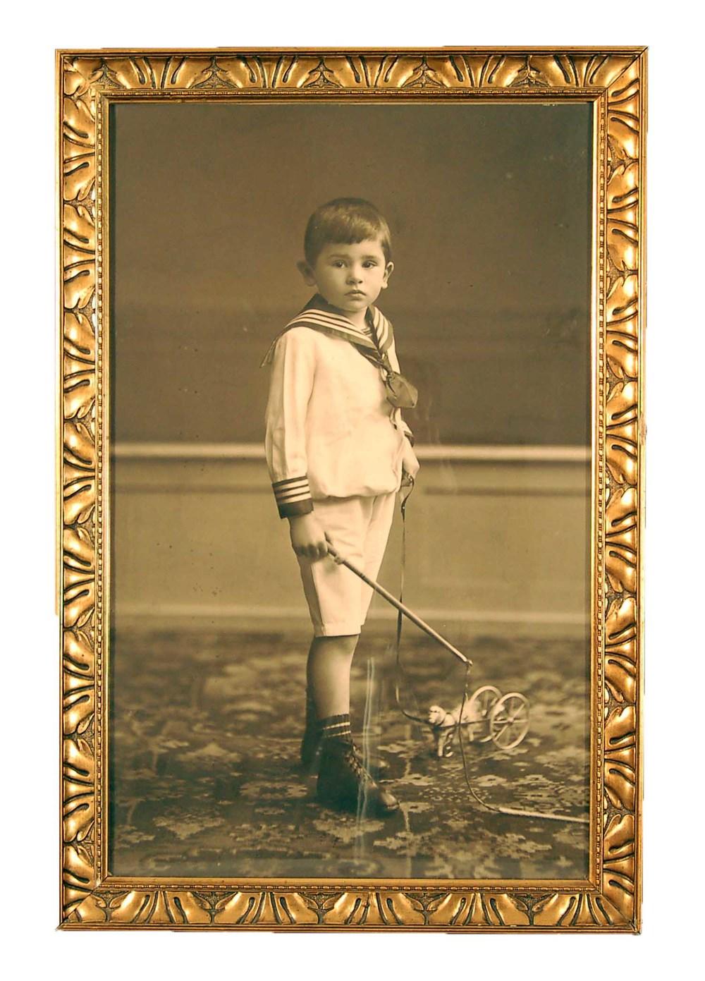 """Fotografie um 1910, Junge mit """"Nachziehspielzeug"""", mit orig. Rahmen, 47x70cm"""