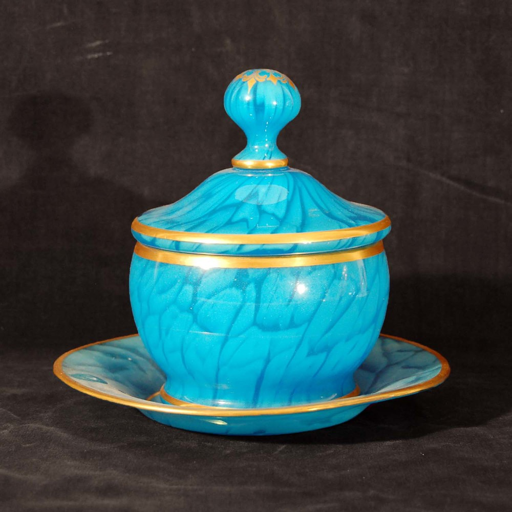 Deckeldose, Konfektschale; blau, in sich gemustertes Glas, Unterteller, wohl Böhmen um 1910, Höhe ca. 16cm, Durchmesser ca. 18cm